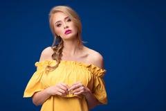Schönes blondes Mädchen mit Borte und Zaubermake-up Lizenzfreie Stockfotos