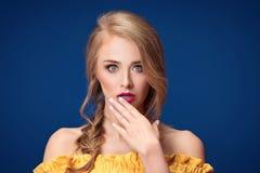 Schönes blondes Mädchen mit Borte und Zaubermake-up Stockbild