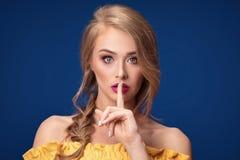 Schönes blondes Mädchen mit Borte und Zaubermake-up Lizenzfreie Stockfotografie