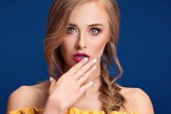 Schönes blondes Mädchen mit Borte und Zaubermake-up Stockfoto