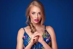 Schönes blondes Mädchen mit Borte und Zaubermake-up Stockfotos