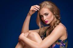 Schönes blondes Mädchen mit Borte und Zaubermake-up Lizenzfreies Stockbild