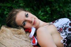 Schönes blondes Mädchen mit bunten Farbbändern Lizenzfreies Stockfoto