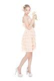 Schönes blondes Mädchen mit bunten Gänseblümchen Stockbild
