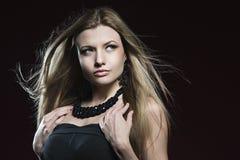 Schönes blondes Mädchen mit dem durchbrennenhaar Stockfoto