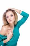 Schönes blondes Mädchen mit dem hellen Make-up, dem langen Kraushaar und enormen dem Schmuck lokalisiert auf weißem Hintergrund A Stockbild