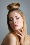 Schönes blondes Mädchen mit dem langen Haar Lizenzfreie Stockfotografie