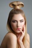 Schönes blondes Mädchen mit dem langen Haar Stockfotografie
