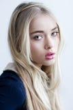 Schönes blondes Mädchen mit dem langen Haar und den grünen Augen Lizenzfreies Stockbild