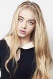Schönes blondes Mädchen mit dem langen Haar und den grünen Augen Lizenzfreie Stockfotos