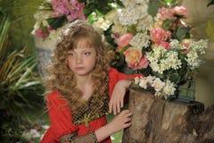 Schönes blondes Mädchen mit dem lockigen Haar Lizenzfreie Stockfotografie