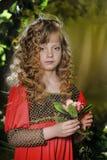 Schönes blondes Mädchen mit dem lockigen Haar Lizenzfreie Stockfotos