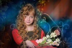Schönes blondes Mädchen mit dem lockigen Haar Lizenzfreies Stockfoto