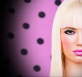 Schönes blondes Mädchen mit den rosa Lippen lizenzfreie stockbilder