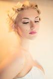 Schönes blondes Mädchen mit den rosafarbenen Lippen Stockbilder