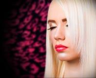 Schönes blondes Mädchen mit den roten Lippen Stockfoto