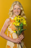 Schönes blondes Mädchen mit den Sommersprossen, die einen Blumenstrauß von Blumen halten Stockfoto
