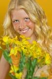 Schönes blondes Mädchen mit den Sommersprossen, die einen Blumenstrauß von Blumen halten Lizenzfreies Stockfoto
