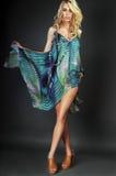 Schönes blondes Mädchen mit dem unordentlichen Haar Stockfotos
