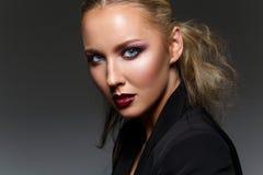 Schönes blondes Mädchen mit dunklem Make-up Stockbild