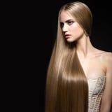 Schönes blondes Mädchen mit einem tadellos glatten Haar und einem klassischen Make-up Schönes lächelndes Mädchen Lizenzfreies Stockfoto