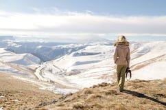 Schönes blondes Mädchen mit einer Kamera, zum von Fotos von kaukasischen Bergen zu machen Stockfoto