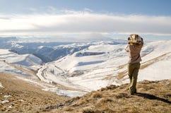 Schönes blondes Mädchen mit einer Kamera, zum von Fotos von kaukasischen Bergen zu machen Stockbild