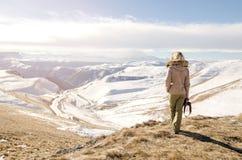 Schönes blondes Mädchen mit einer Kamera, zum von Fotos von kaukasischen Bergen zu machen Lizenzfreies Stockbild