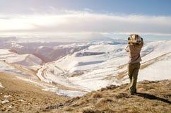 Schönes blondes Mädchen mit einer Kamera, zum von Fotos von kaukasischen Bergen zu machen Lizenzfreies Stockfoto