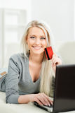 Schönes blondes Mädchen mit einer Kreditkarte Lizenzfreie Stockfotos