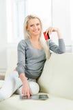 Schönes blondes Mädchen mit einer Kreditkarte Lizenzfreies Stockfoto