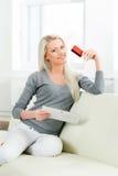 Schönes blondes Mädchen mit einer Kreditkarte Stockfoto