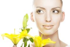 Schönes blondes Mädchen mit gelber Lilie Stockbilder