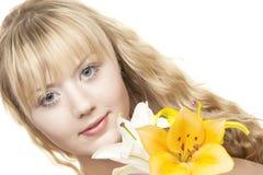 Schönes blondes Mädchen mit gelber Lilie Stockbild
