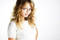 Schönes blondes Mädchen mit Gläsern Stockfoto