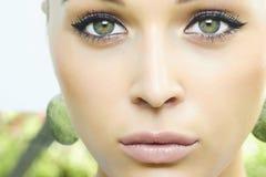 Schönes blondes Mädchen mit grünen Augen. Schönheitsfrau. Natur Lizenzfreie Stockfotografie