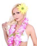 Schönes blondes Mädchen mit hawaiischem Zubehör lizenzfreies stockbild