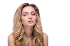 Schönes blondes Mädchen mit hellem Make-up und dem langen Kraushaar. F Lizenzfreie Stockfotografie