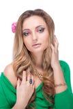 Schönes blondes Mädchen mit hellem Make-up und dem langen Kraushaar. F Lizenzfreies Stockbild