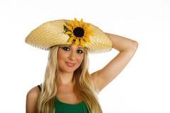 Schönes blondes Mädchen mit Hut und Sonnenblume Stockfoto