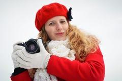 Schönes blondes Mädchen mit Kamera Stockfotos