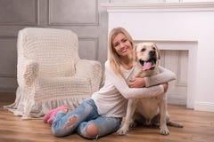 Schönes blondes Mädchen mit Labrador retriever Stockbilder