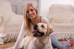 Schönes blondes Mädchen mit Labrador retriever Stockfoto