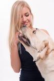 Schönes blondes Mädchen mit Labrador retriever Lizenzfreie Stockbilder