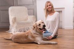 Schönes blondes Mädchen mit Labrador retriever Stockfotografie