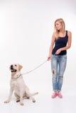 Schönes blondes Mädchen mit Labrador retriever Lizenzfreies Stockfoto