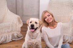 Schönes blondes Mädchen mit Labrador retriever Lizenzfreie Stockfotografie