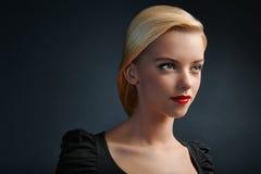 Schönes blondes Mädchen mit modernem Haarschnitt stockbilder