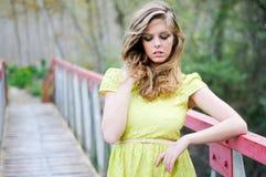 Schönes blondes Mädchen mit Mutterschafen schloß Lizenzfreie Stockbilder