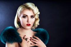 Schönes blondes Mädchen mit Pelz auf Schultern Lizenzfreies Stockbild